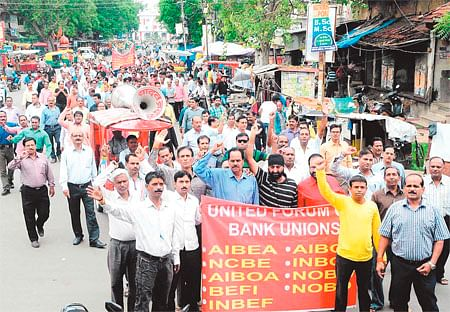 800 bankers join nationwide strike; transaction of crores hit