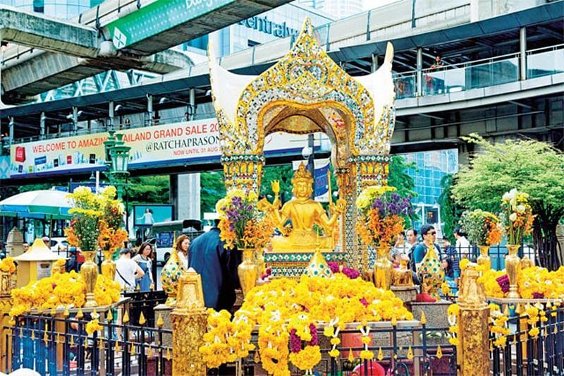 Car crashes into Hindu temple in Bangkok; 6 injured