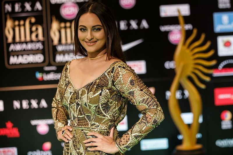Indian Bollywood actress Sonakshi Sinha poses on the green carpet as she arrives to the 17th edition of IIFA Awards (International Indian Film Academy Awards) in Madrid on June 24, 2016. The IIFA Awards are presented annually by the International Indian Film Academy to honour both artistic and technical excellence of professionals in Bollywood, the Hindi language film industry. / AFP PHOTO / CESAR MANSO
