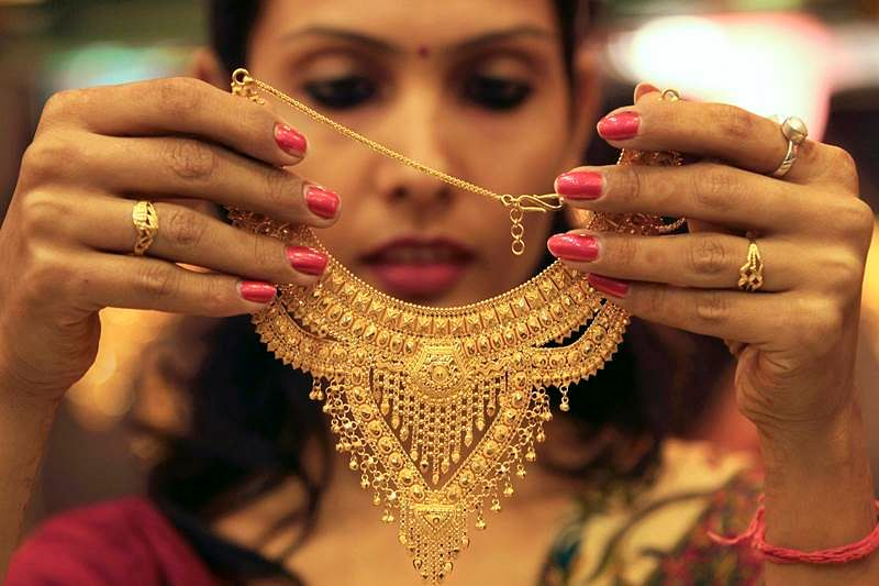 Gold down Rs 28 in futures trade on weak global cues