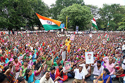 Farmers gather in Mumbai to protest against Farm Bills