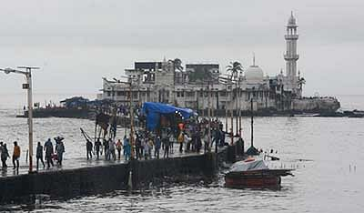Mumbai :  Haji Ali verdict: The Bombay High Court ruled Friday that women must be allowed entry into the inner sanctum of the shrine. Photo by BL SONI
