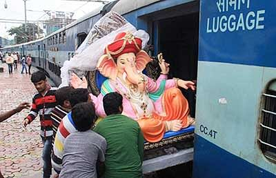 Mumbai: An Idol Lord Ganesha being boarded into a train   in Mumbai on Sunday. PTI Photo Bhushan Koyande(PTI8_28_2016_000177B)