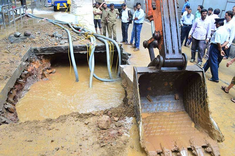 Water Pipeline burst causes traffic chaos in Parel, Matunga