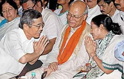 Birbhum: West Bengal Chief Minister Mamata Banerjee greeting a Japanese man at a felicitation function at Visva-Bharati University, Santiniketan in Birbhum district of  on Thursday. PTI Photo (PTI8_5_2016_000031B)