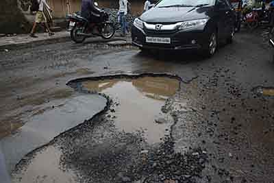 Opposition outbursts as Mumbai youth dies in pothole accident