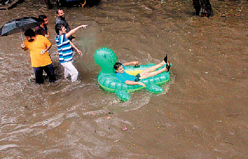 Heavy downpour in Mumbai disrupts traffic