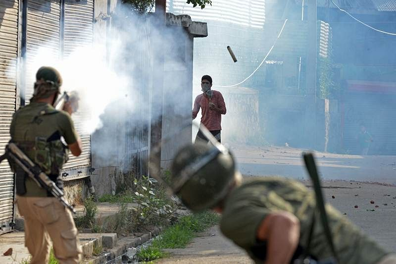 Mobs attack security forces in Kashmir Valley