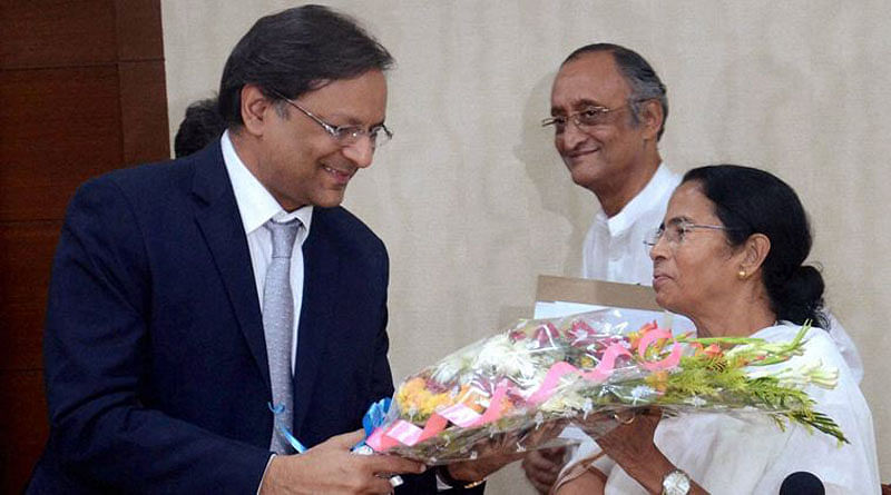 Kolkata: West Bengal Chief Minister Mamata Banerjee  with Chairaman & Managing Director of Spice Jet Ajay Singh at her office in Nabanna, Howrah near Kolkata on Monday. PTI Photo     (PTI9_19_2016_000243A)