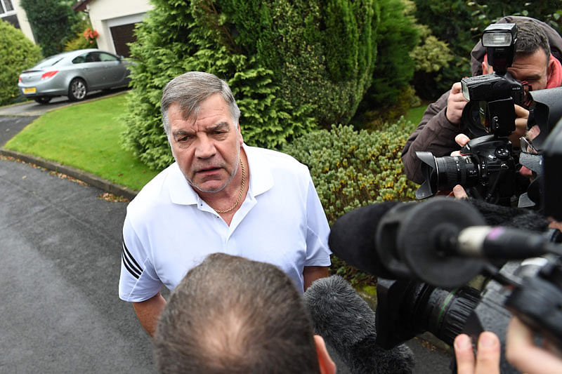 TOPSHOT - Former England national football team manager Sam Allardyce speaks to the press outside his home in Bolton on September 28, 2016. Sam Allardyce's reign as England manager came to a humiliating end yesterday as he departed after just 67 days in charge following his controversial comments in a newspaper sting. / AFP PHOTO / PAUL ELLIS