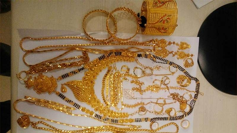 Mumbai: 2 women held for smuggling jewellery worth over ` 14L