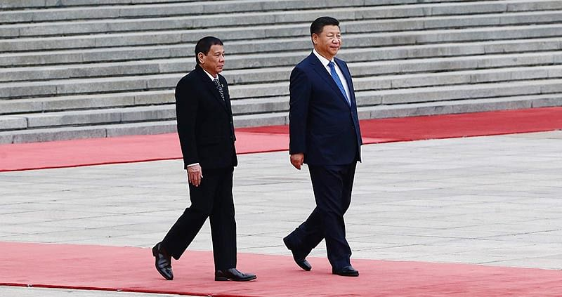 President of the Philippines Rodrigo Duterte (L) and Chinese President Xi Jinping (R) attend a welcoming ceremony at the Great Hall of the People in Beijing, China, October 20, 2016. / AFP PHOTO / POOL / THOMAS PETER