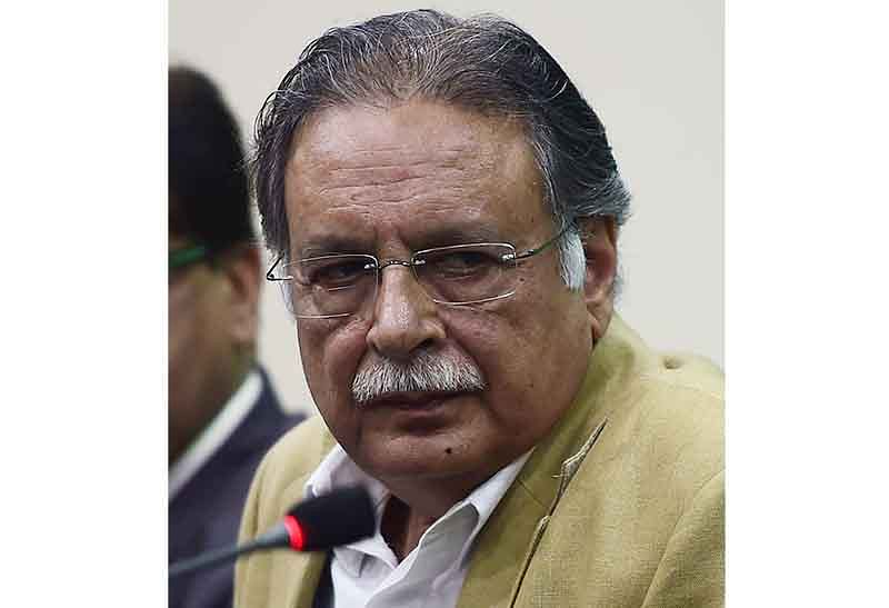 (FILES) In this photograph taken on October 27, 2015, Pakistan Information Minister Pervez Rasheed addresses a press conference in Islamabad.  Pakistan prime minister Nawaz Sharif on October 29, 2016, removed a key minister of his cabinet over a newspaper leak that sparked a rift of his government with the powerful army, premier office said. / AFP PHOTO / FAROOQ NAEEM
