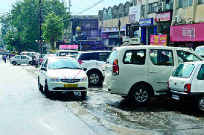 Indore: Illegal parking on service lanes hinders traffic flow