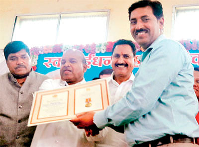 Ujjain: Union Minister fetes IOC officer for Simhastha arrangements