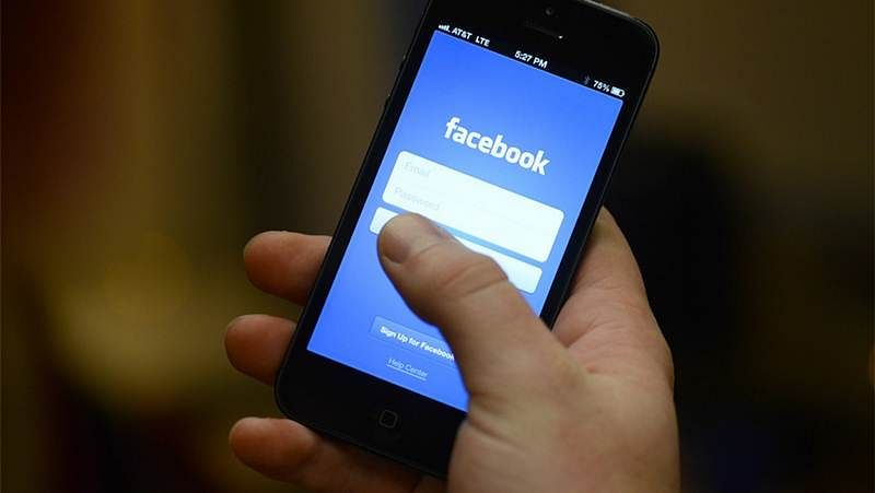 Heavy Facebook users easily share personal information with others