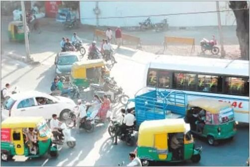 Indore: Absence of signals, traffic cops makes driving difficult