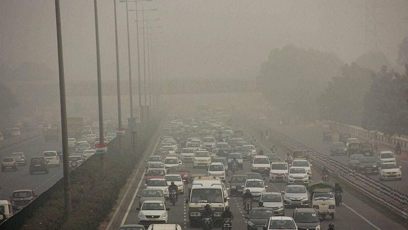 Gurugram : Vehicles ply on Gurgaon-Delhi Expressway through dense smog in Gurugram on Monday. PTI Photo Gurugram(PTI11_7_2016_000277B)