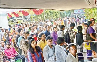 Long queues outside banks a 'serious issue', says Supreme Court