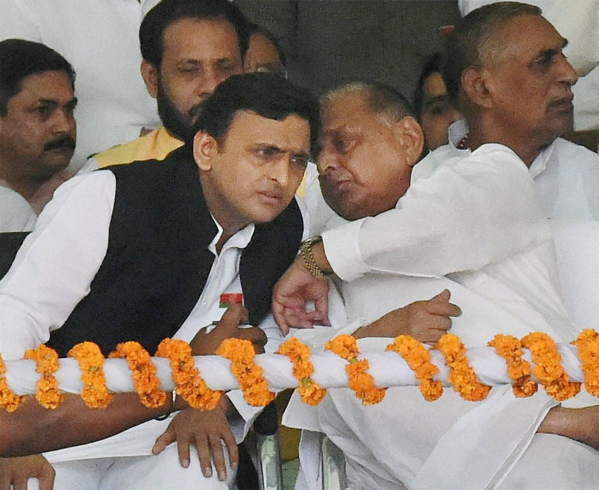 Possible alliance? Samajwadi Party chief Akhilesh Yadav tweets out photo of Lalu Prasad having tea with Mulayam Singh