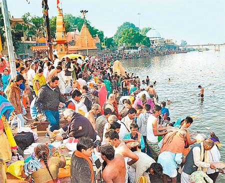 Ujjain: Devotees take holy dip in Kshipra on Kartik Purnima