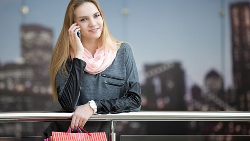 Shopping and talking over phone don't go hand in hand: study