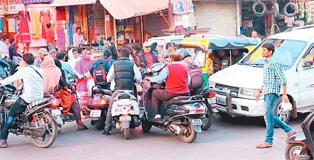 Aada Bazaar Crossing: Traffic jams a routine affair in Indore