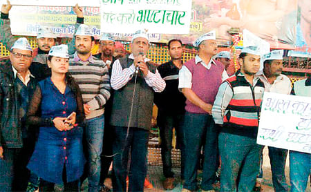 Ujjain: Last day of depositing defunct currency notes sees huge rush in banks
