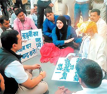 Ujjain: Protests against manhandling of elderly man by UMC workers