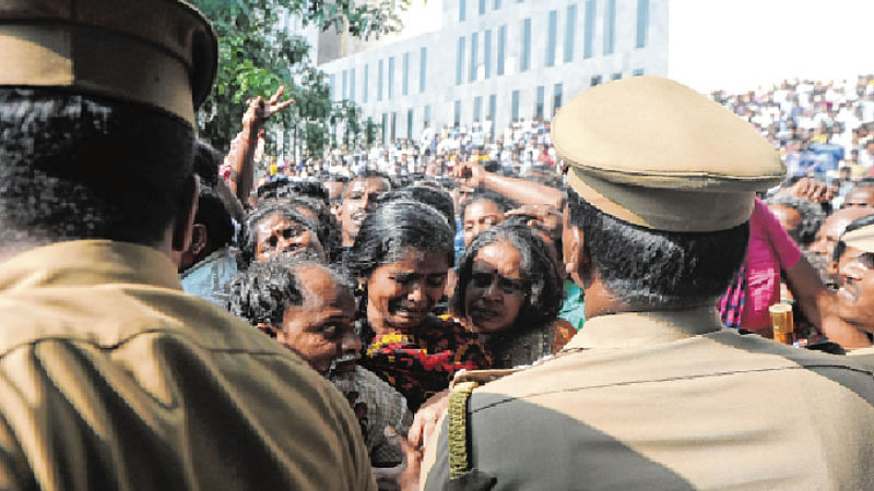 Chennai comes to a halt to pay homage to Jayalalithaa