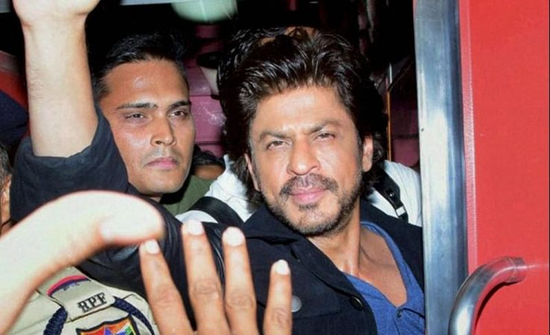 SRK promotes 'Raees' at Vadodara station, one dead and two policemen injured