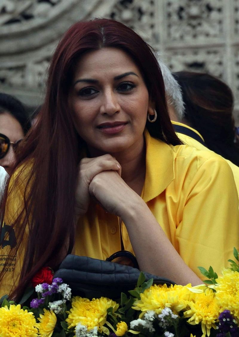 Sonali-Bendre cheering participants at the event