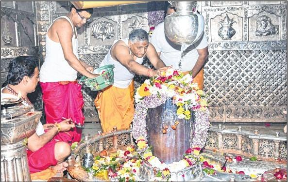 Ujjain: Union minister pays obeisance at Mahakaleshwar Temple