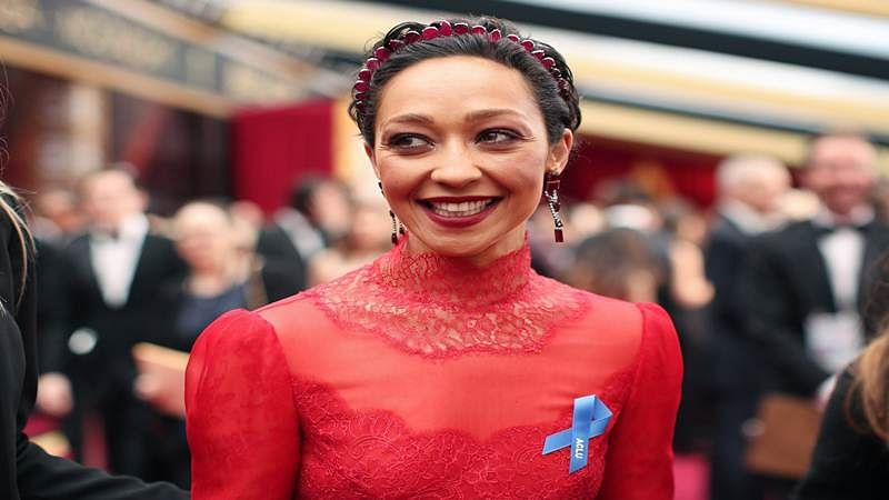 Stars wear blue ribbon at Oscars