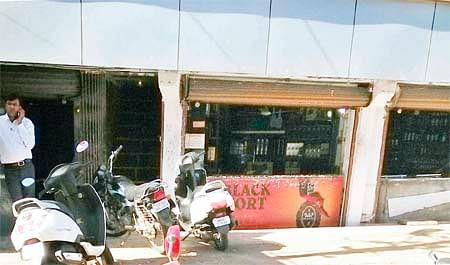 Bhopal: Vexed by drunkards, people want to get rid of liquor shop