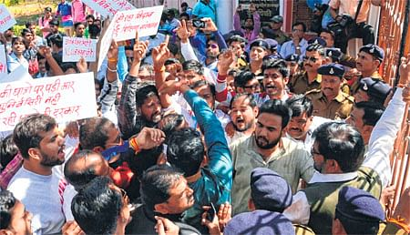 Ujjain: NSUI levels serious allegations of corruption against V-C Pandey, demands his ouster