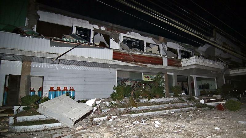 Philippines earth quake killed at least 15, 100 injured