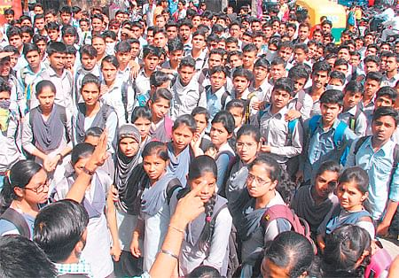 Indore: Shri Vaishnav Polytechnic College students protest midterm fee hike