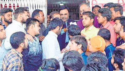 Ujjain: ABVP hands over memo to VU V-C, demands better facilities
