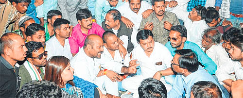 Ujjain: Congress demands purchase on support price from farmers, stages dharna