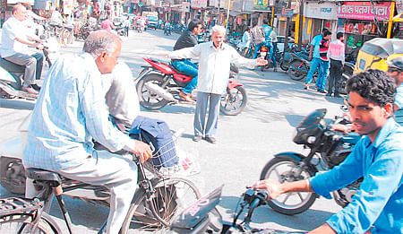 Indore: A retired bank employee assists police to improve traffic at Chhawani Square