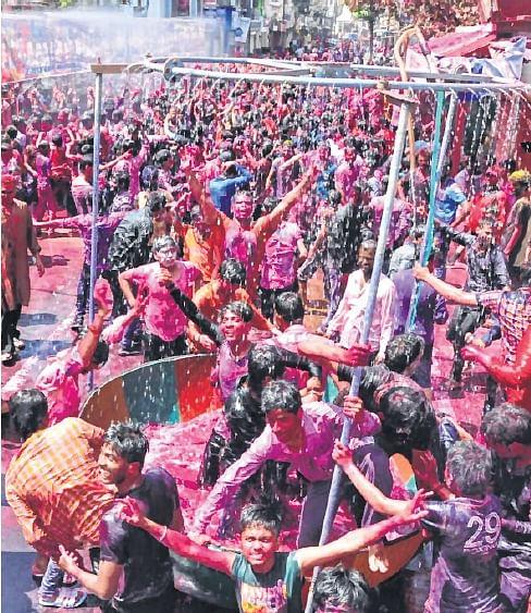 Ujjainites paint the city red on 'Rangpanchami'