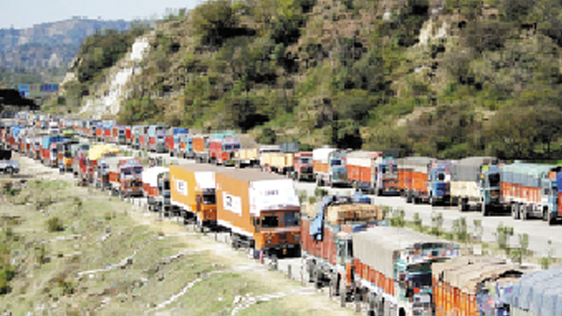 NHremains shut, IAF airlifts stranded passengers in J&K