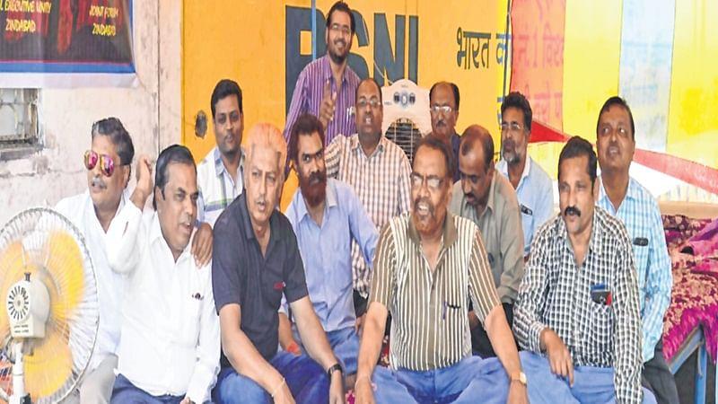 Ujjain: BSNL employees in serial hunger strike