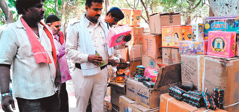 Indore: 47 boxes of crackers seized from Musakhedi area
