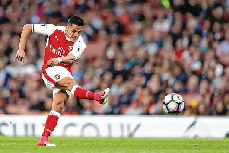 Alexis Sanchez keeps Arsenal in race