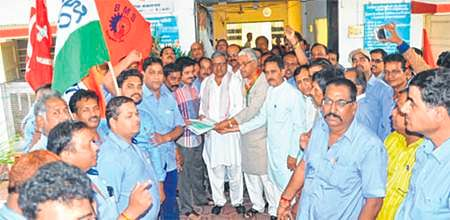 Ujjain: Protesting Grasim workers gherao PHED official