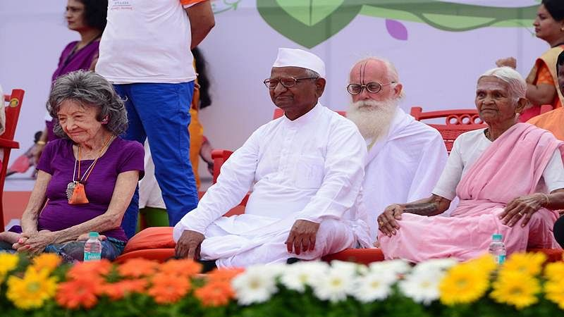 Yoga master Tao Porchon-Lynch (L), 98, social activist Anna Hazzare (C) and 93-year-old Indian yoga practioner Nanammal (R) take part in a mass yoga session on International Yoga Day at the Shree Kanteerava Stadium in Bangalore on June 21, 2017. Yoga has connected the world with India, Prime Minister Narendra Modi said June 21 as he rolled his mat along with millions of others across the globe to celebrate the traditional practice. / AFP PHOTO / MANJUNATH KIRAN