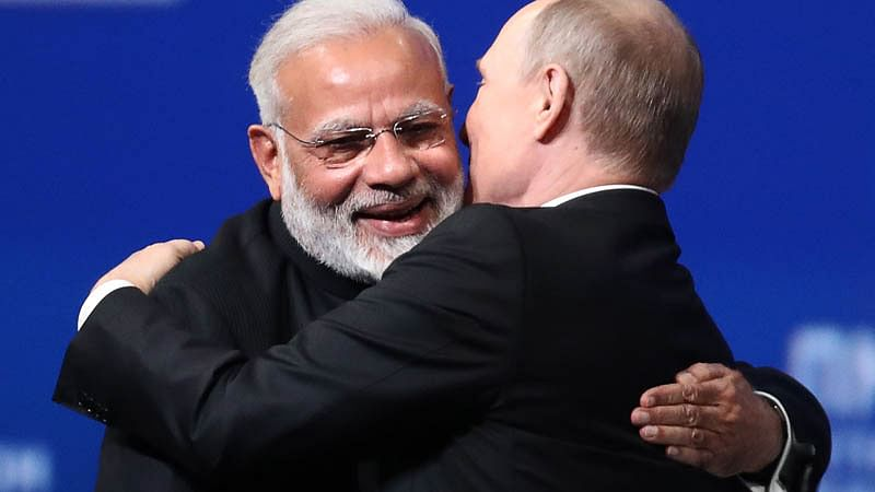 Russian President Vladimir Putin (R) embraces Indian Prime Minister Narendra Modi during a session of the St. Petersburg International Economic Forum (SPIEF) in Saint Petersburg on June 2, 2017. / AFP PHOTO / TASS Host Photo Agency / STR