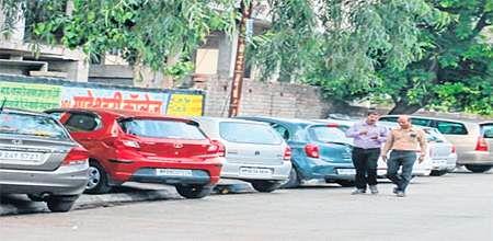 Indore: South Tukoganj footpaths, road turn into parking lots